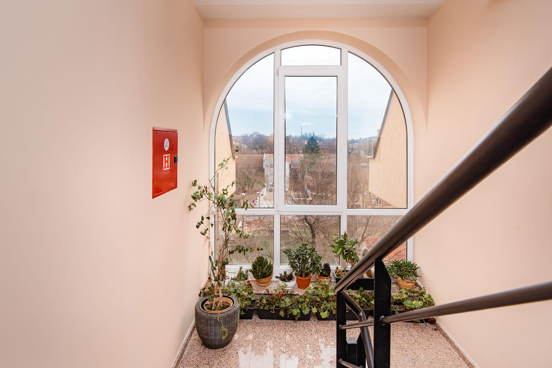 Prirodno osvetljen hodnik u zgradi